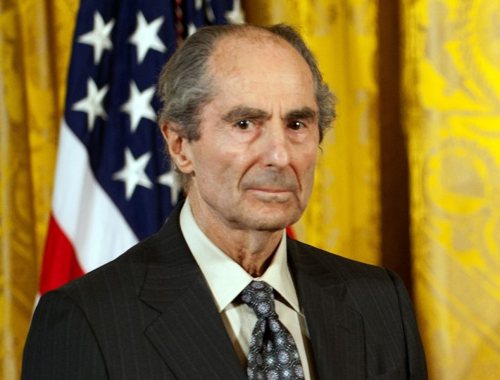(FILES) This file photo taken on March 02, 2011 shows US novelist Philip Roth during a ceremony at the White House in Washington DC, where he recieved the National Humanities Medal.      American author Philip Roth has died at the age of 85, according to May 22, 2018 US media reports.  / AFP PHOTO / Jim WATSON