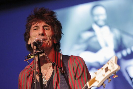 Rolling Stones guitarist Ronnie Wood performs at The Cutting Room in New York November 7, 2013. Wood played a rare show at the Cutting Room to play the music of Jimmy Reed. He was joined on stage by guests Mick Taylor, Al Kooper and Simon Kirke. REUTERS/Andrew Kelly (UNITED STATES - Tags: ENTERTAINMENT)