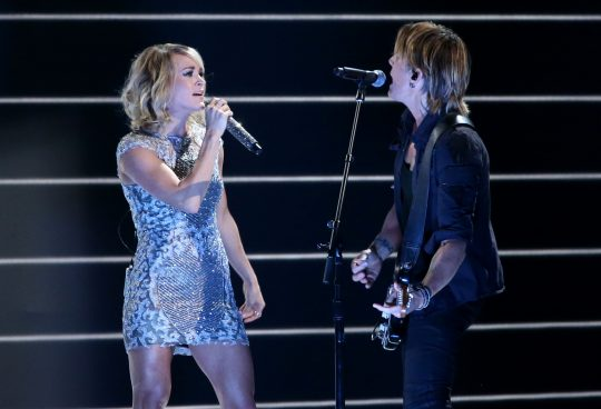 Carrie Underwood e Keith Urban se apresentam no Grammy 2017. Foto: REUTERS/Lucy Nicholson