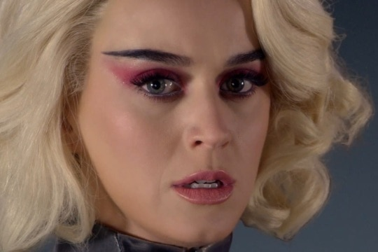 Katy Perry em cena do clipe de 'Chained To The Rhythm'. Foto: Reprodução/YouTube/Capitol Records