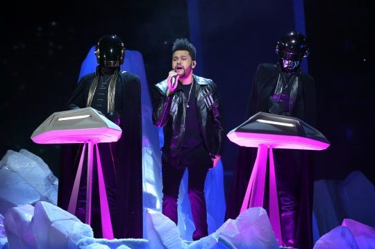 The Weeknd se apresenta com o Daft Punk no Grammy 2017. Foto: REUTERS/Lucy Nicholson
