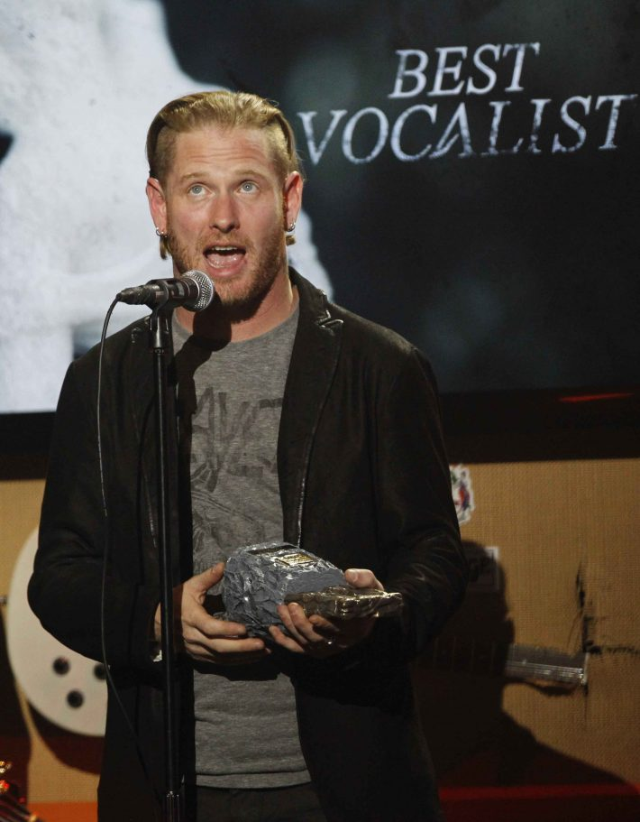 Corey Taylor of Stone Sour and Slipknot accepts the award for Best Vocalist at the fifth annual Golden Gods awards at Club Nokia in Los Angeles, California May 2, 2013.   REUTERS/Mario Anzuoni  (UNITED STATES - Tags: ENTERTAINMENT)