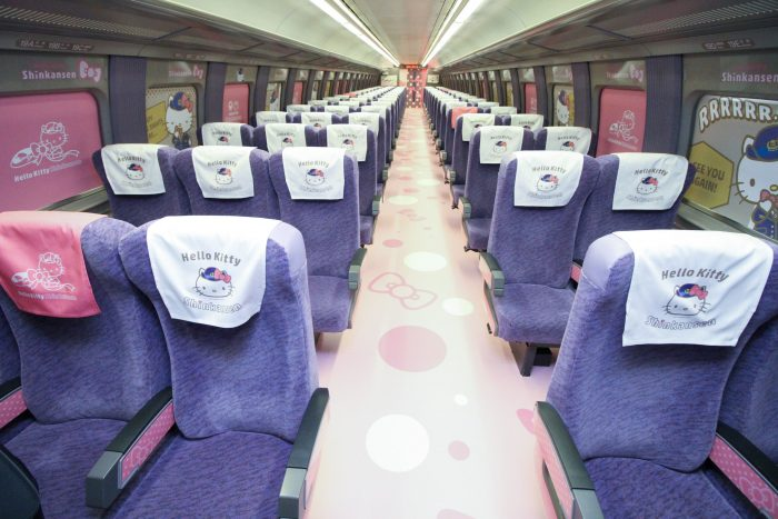 Trem da rede Shinkansen decorado com motivos da Hello Kitty (foto: West Japan Railway/AFP)