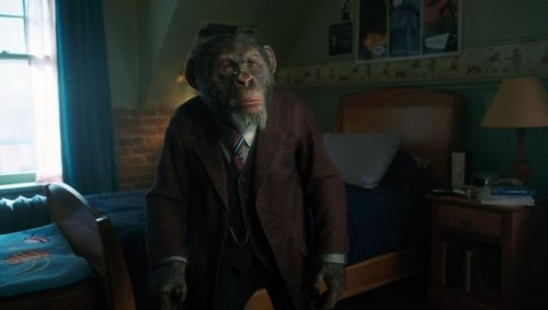Pogo (Adam Godley), personagem da série 'The Umbrella Academy' (foto Netflix)