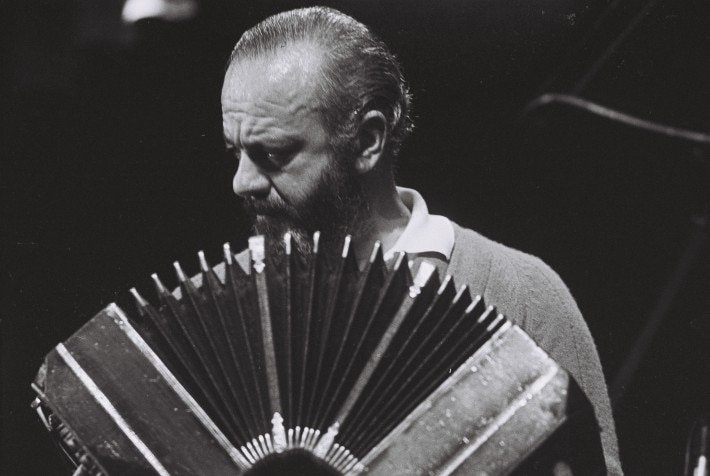O bandoneonista argentino Astor Piazzolla (foto HBO)