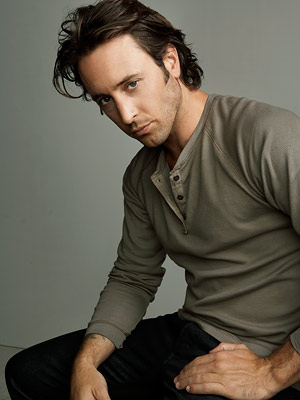 Alex O'Loughlin está no remake de Havaí 5-0